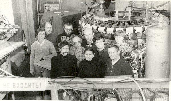 Команда токамака ФТ-1 у установки. Руководитель работ – М.М. Ларионов крайний правый в первом ряду