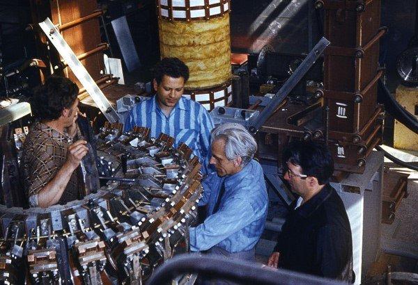 Сборка токамака ФТ-2. (Слева направо И.П. Можаренко, А.Н. Левицкий, И.Е. Сахаров и руководитель проекта В.Н. Будников)