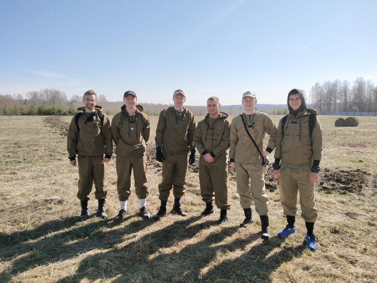 Молодые учёные и студенты механико-математического факультета ТГУ во время полевой экспедиции